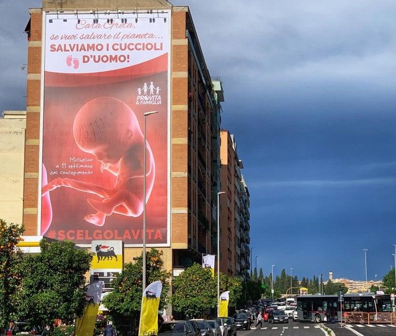 Roma, maxi cartellone Pro Vita sulla Tiburtina: è polemica