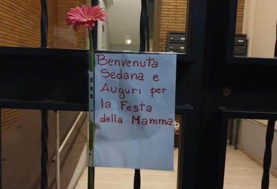 Roma, fiore sul portone e biglietto di auguri alla mamma rom di Casal Bruciato