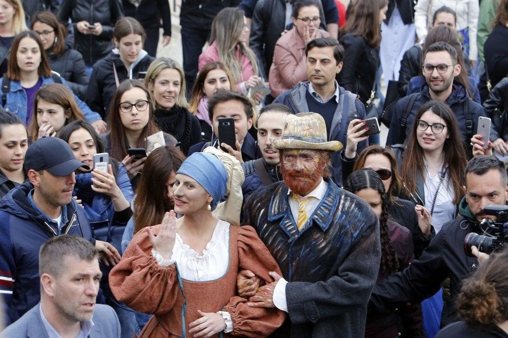 Roma, Antonacci 'Van Gogh' e Pausini come la 'Ragazza con l'orecchino di perla' per il flash mob in piazza di Spagna
