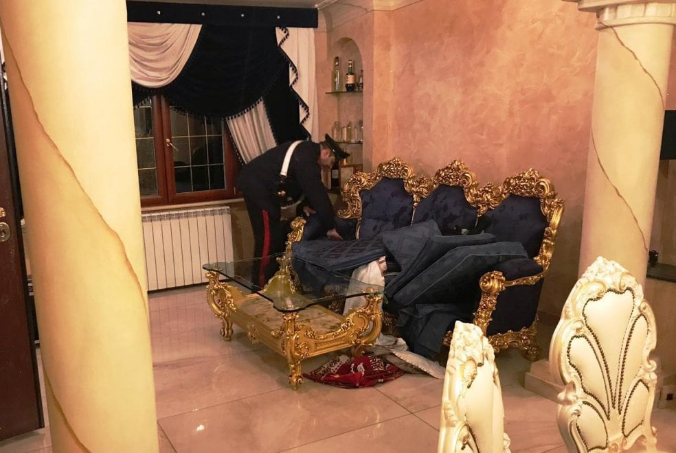 Casamonica, nelle case orologi, gioielli e contanti: sequestro da 1,5 milioni