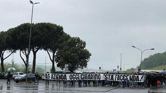 Trigoria, cori contro Pallotta: la curva sud contesta l'addio forzato di De Rossi