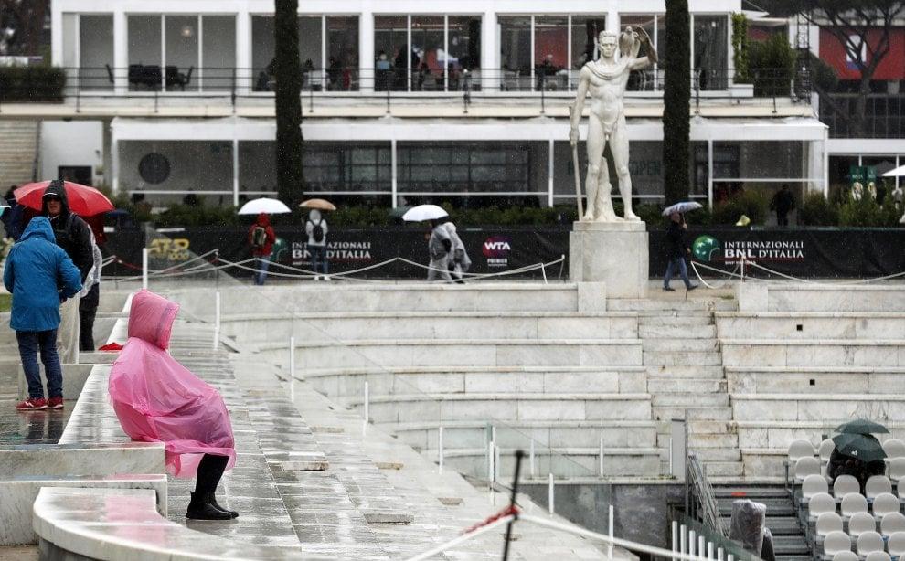Roma, Internazionali di tennis sotto la pioggia: al Foro Italico con ombrelli e impermeabili