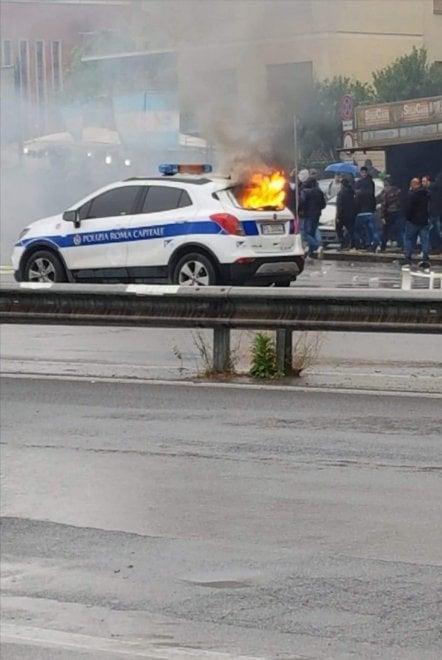 Roma, scontri prima di Lazio-Atalanta: incendiata auto dei vigili urbani