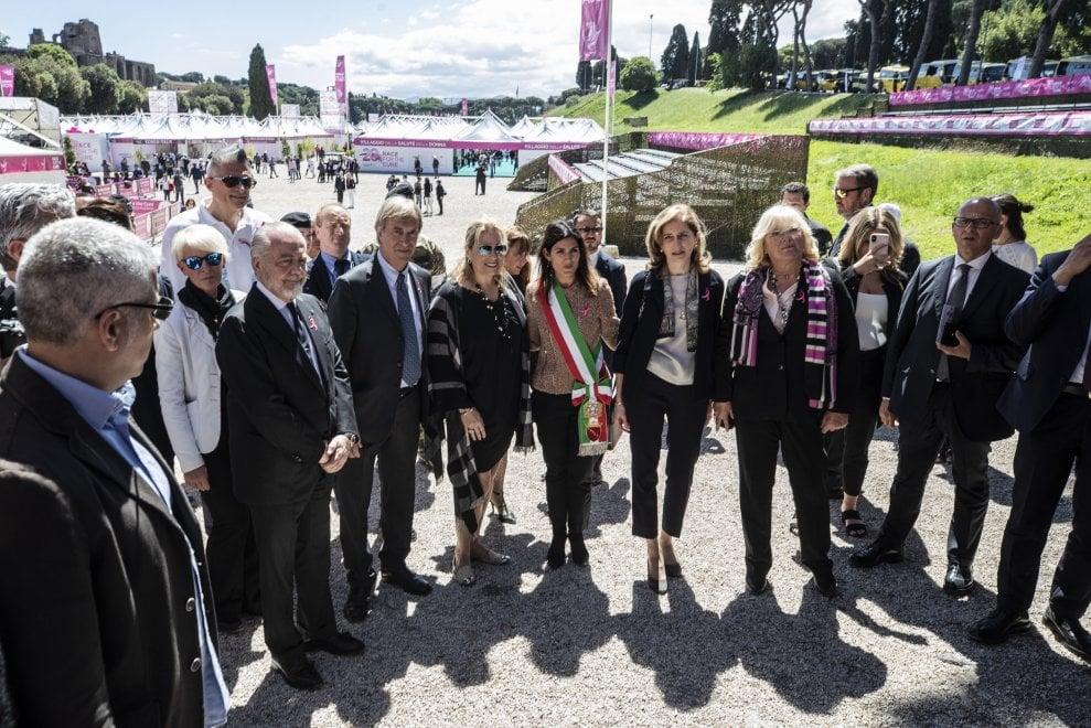 Race for the cure, Raggi e Laura Mattarella inaugurano il villaggio della prevenzione al Circo Massimo. Domenica la corsa
