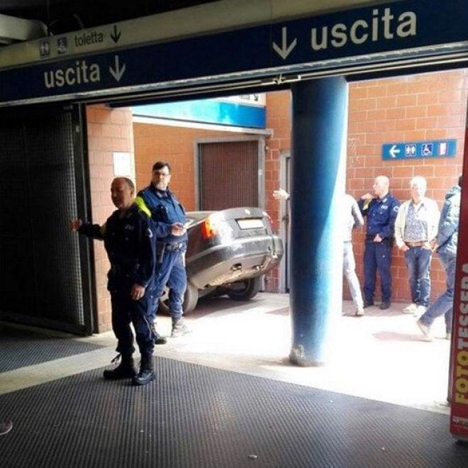 Roma, auto finisce sulle scale alla stazione metro Eur Magliana
