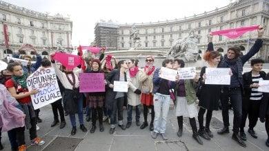 """Sfila il Movimento per la Vita, flash mob delle femministe: """"Noi baci e primavera, voi digiuno e preghiera"""""""