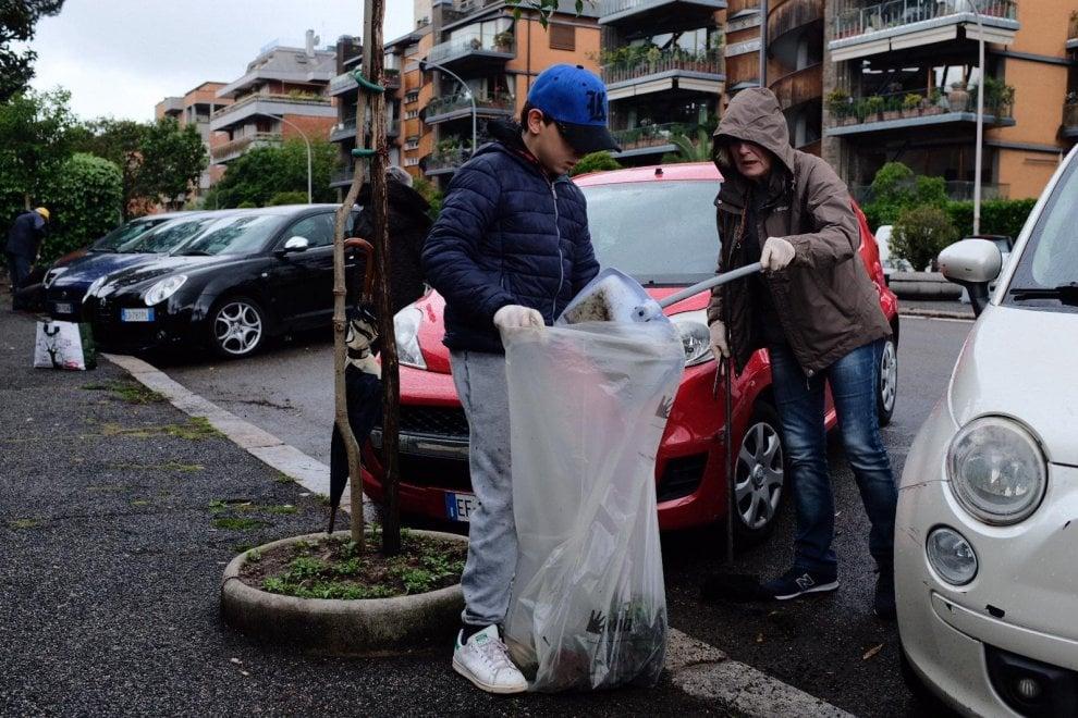 Roma, con scope e impermeabili al lavoro gli attivisti del comitato Belvedere Piccolomini