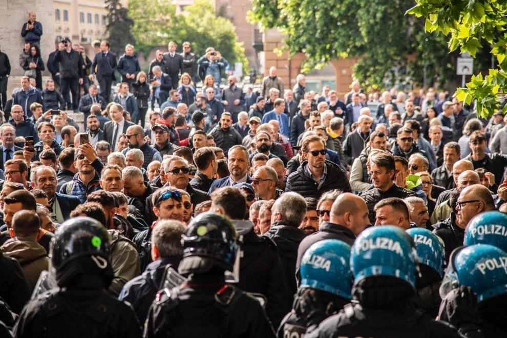 Roma, 500 Ncc a Porta Pia per protestare contro il taglio delle corse