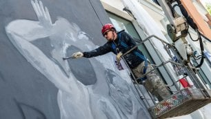 Sul Tribunale di Rieti appare il murale di Ozmo
