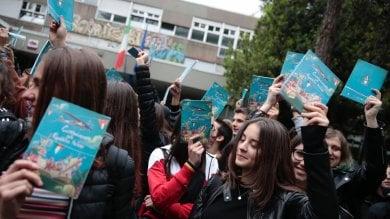 """Prof sospesa, catena umana al liceo Socrate """"Scuola libera e democratica""""  foto -    video"""