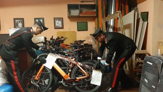 Piazza Navona, trovate nel sottoscala di un ristorante 11 bici elettriche rubate: titolare denunciato