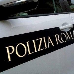 Roma,  passa con il rosso sulla Colombo: inseguito dalla Polizia Locale, aggredisce una delle agenti
