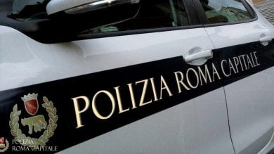 Passa con il rosso: inseguito dalla polizia locale, aggredisce una delle agenti
