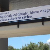 """RomaTre, i prof agli studenti: """"Votare è un dovere civico"""". E lo scrivono sul maxi-striscione"""