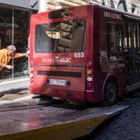 Roma, schiume ed estintori: un altro principio d'incendio in un mezzo Atac