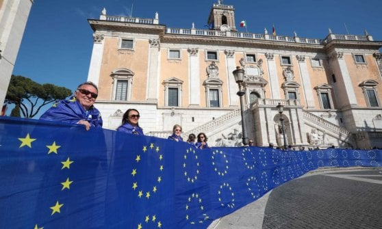"Elezioni europee, ""Europa è pace"", bandiera lunga 50 metri"