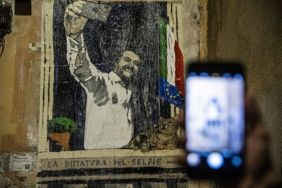 """Salvini e """"La Dittatura del selfie"""": a Roma il nuovo murale di Tvboy"""
