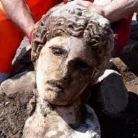 Archeologia, testa di statua di divinità riemerge dagli scavi ai Fori Imperiali