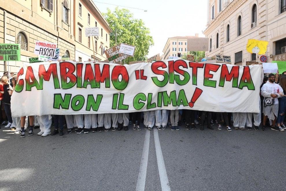 """""""Il nostro pianeta è il nostro futuro"""": studenti in piazza per il clima a Roma"""