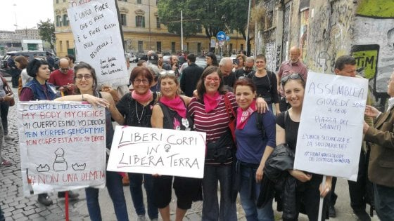 Roma, manifestazione per Desirée a San Lorenzo: Fiore portato in questura. Fn Non sfila nel quartiere
