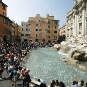 Roma, turista statunitense fa il bagno nella Fontana di Trevi: multato