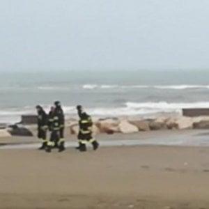 Trovato morto in spiaggia vicino Roma, ha ferita alla testa