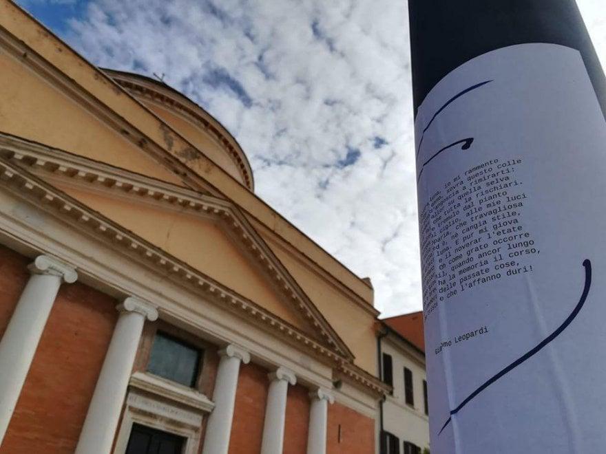 Fiumicino, versi di Leopardi, Ungaretti e Penna per coprire  svastiche e scritte neofasciste