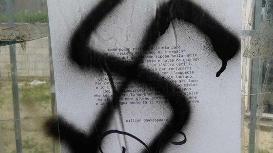 Fiumicino, tornano le svastiche sui versi dei poeti che coprivano scritte di Forza Nuova