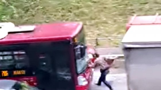 Roma, travolge volontariamente un pedone col bus: individuato e sospeso l'autista Atac