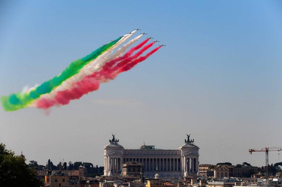 Festa della Repubblica, lo spettacolo delle Frecce Tricolori nel cielo di Roma