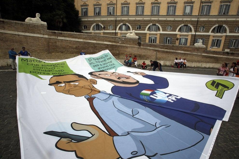 """Roma, dipendenti pubblici in piazza per la sveglia al governo: """"Tante promesse, zero fatti"""". Sequestrato striscione ironico su Salvini e Di Maio"""