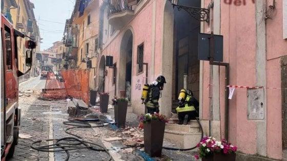 Rocca di Papa, esplosione nel palazzo del Comune: salgono a 16 i feriti, tra cui 3 bambini . Gravemente ustionato il sindaco