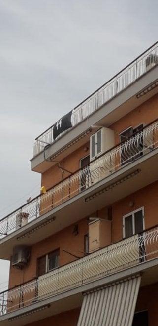 Roma, espone bandiera delle SS sul balcone di casa: denunciato