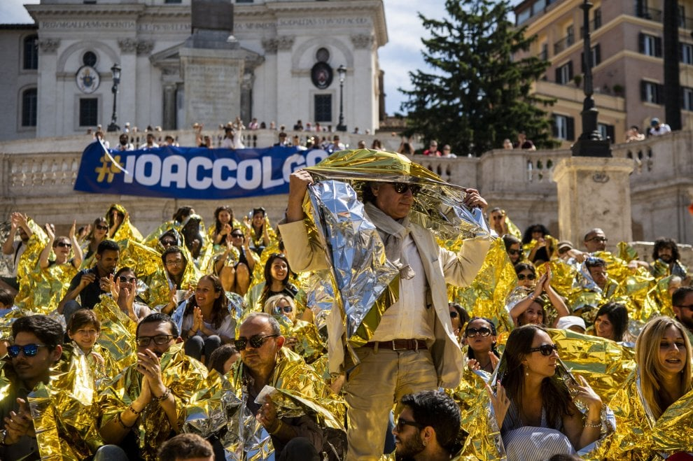 "Migranti, ""Io accolgo"": flash mob colora Trinità dei Monti"
