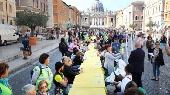 """Roma, in mille intorno a un tavolo: """"Il nostro pasto senza muri"""""""