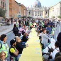Roma, in mille intorno a un tavolo: