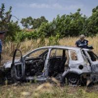Giallo a Torvaianica, due corpi carbonizzati in auto: vittime una donna di Pomezia e un...