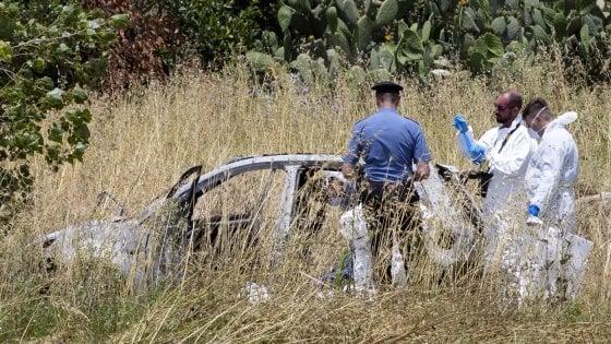 """Coppia carbonizzata in auto a Torvaianica, compagno della vittima: """"Ieri ho incontrato tre persone"""""""