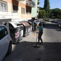 Rifiuti a Roma, in largo Vessella i residenti armati di scope e palette puliscono la strada