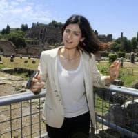 Roma invasa dai rifiuti, ma Raggi minimizza: