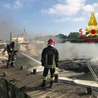 Fiumicino, tre barche bruciate e affondate in un cantiere navale. Nessun ferito