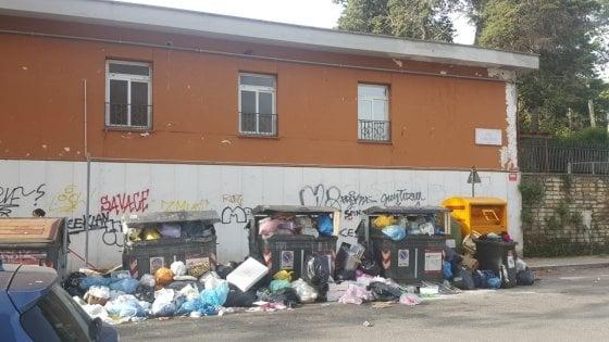 Roma, rifiuti sotto la materna: bambini in classe con le finestre chiuse