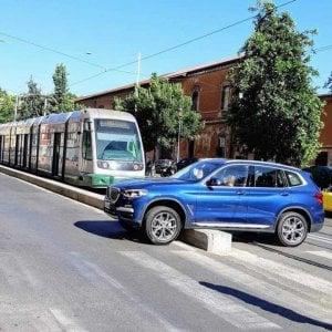 Roma, suv rimane incastrato sul cordolo del tram: sui social dilaga l'ironia