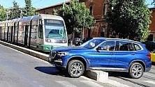Suv sul cordolo del tram      impazza l'ironia social