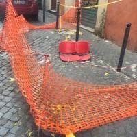 Roma, due sedioline per coprire la buca a Monti