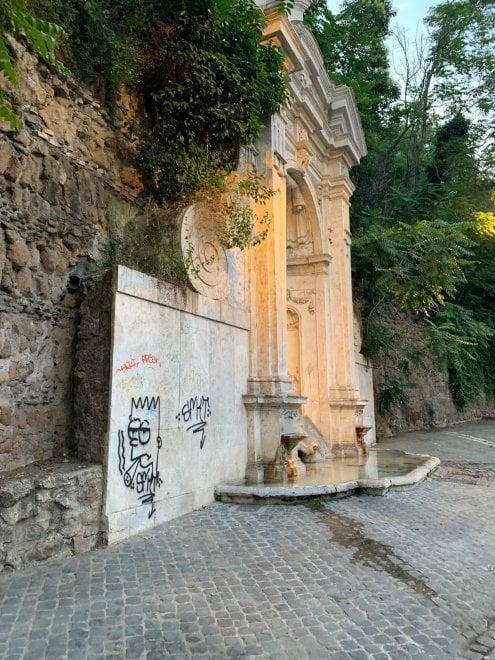 Roma, vandalizzata la fontana del Prigione a Trastevere