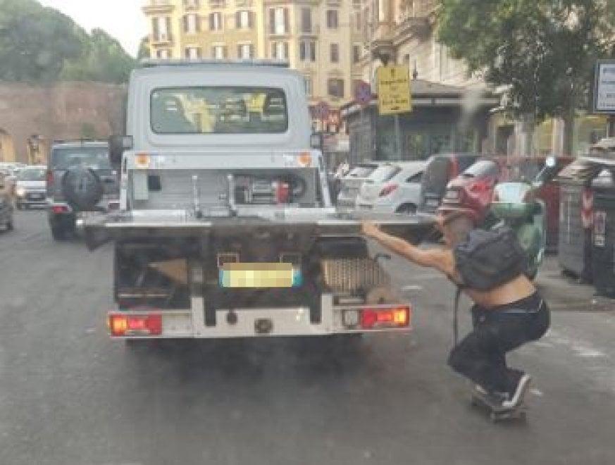Roma, l'azzardo dello skater: su via Magna Grecia agganciato al camion