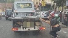 L'azzardo dello skater  agganciato al camion
