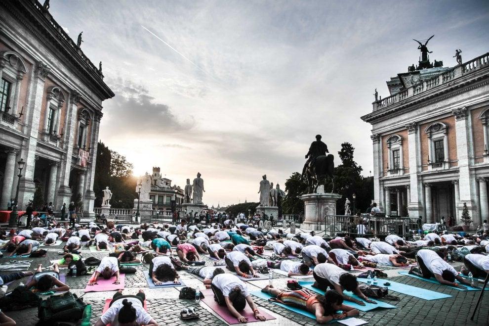 Yoga in piazza del Campidoglio: in 300 per la Giornata mondiale a Roma