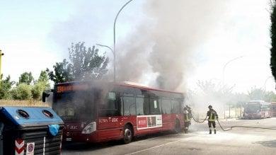 Ancora due bus in fiamme: roghi a Porta di Roma e nella rimessa di via Candoni   video